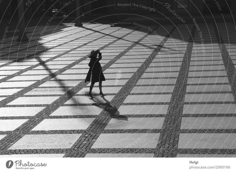 AST 10   im Gegenlicht ... Mensch feminin Frau Erwachsene Weiblicher Senior 60 und älter Chemnitz Stadtzentrum Mode Bekleidung Mantel Schal Damenschuhe Hut