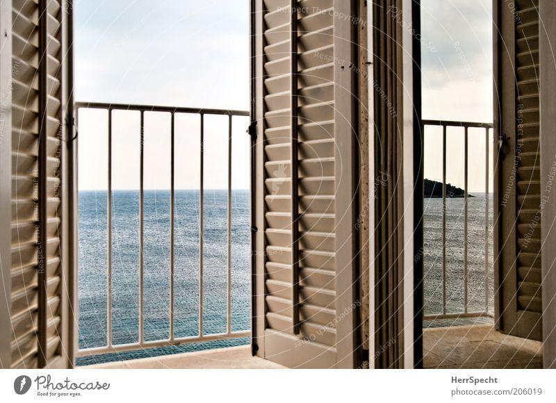 Zimmer mit Meerblick Himmel Balkon Fenster Fensterladen Lamellenjalousie Treppengeländer blau grau weiß Insel Aussicht ruhig Horizont Linie Farbfoto