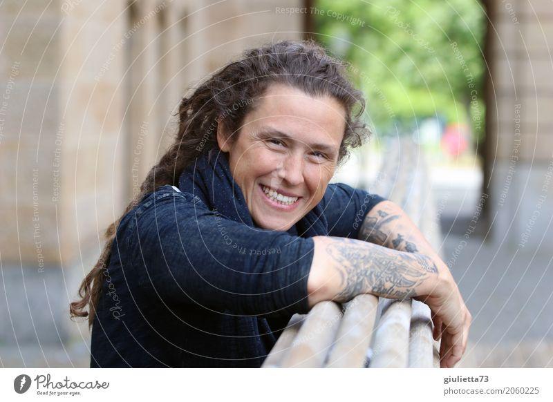 AST 10 | be happy || feminin Junge Frau Jugendliche Erwachsene Leben Mensch 30-45 Jahre Tattoo brünett langhaarig Locken Rastalocken Punk Lächeln lachen Glück