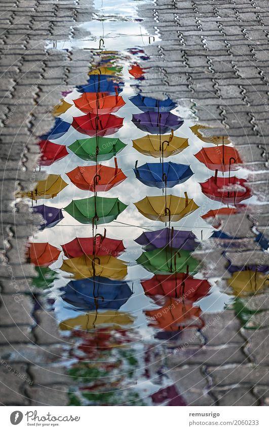 Regenschirme Reflexion in einer Pfütze Ferien & Urlaub & Reisen Tourismus Spiegel Kultur Landschaft Timisoara Rumänien Stadt Gebäude Architektur Straße