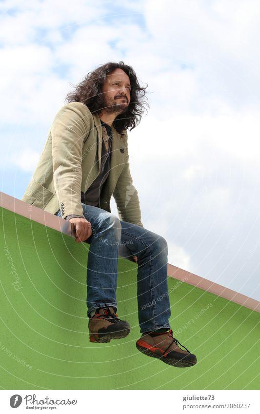 AST 10 | Wenn alles möglich wäre... maskulin Mann Erwachsene Leben Mensch 45-60 Jahre Jeanshose Jacke schwarzhaarig langhaarig Locken Bart Vollbart beobachten