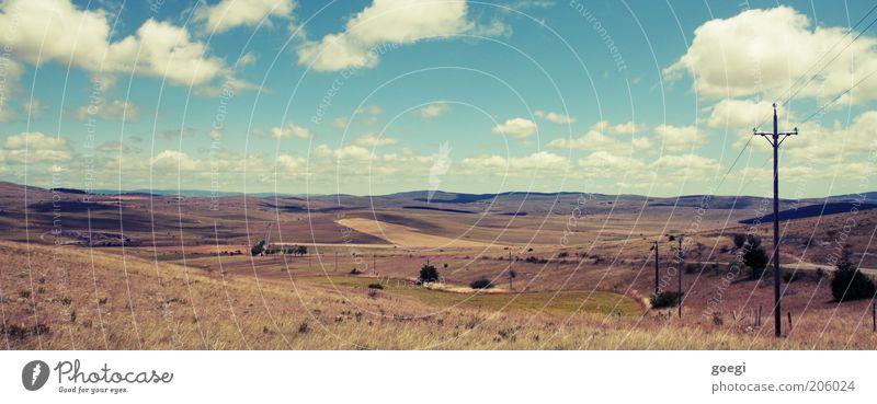 Landschaft Telefonmast Strommast Kabel Erde Himmel Wolken Horizont Sommer Schönes Wetter Dürre Gras Sträucher Hügel Straße Wege & Pfade entdecken Erholung frei