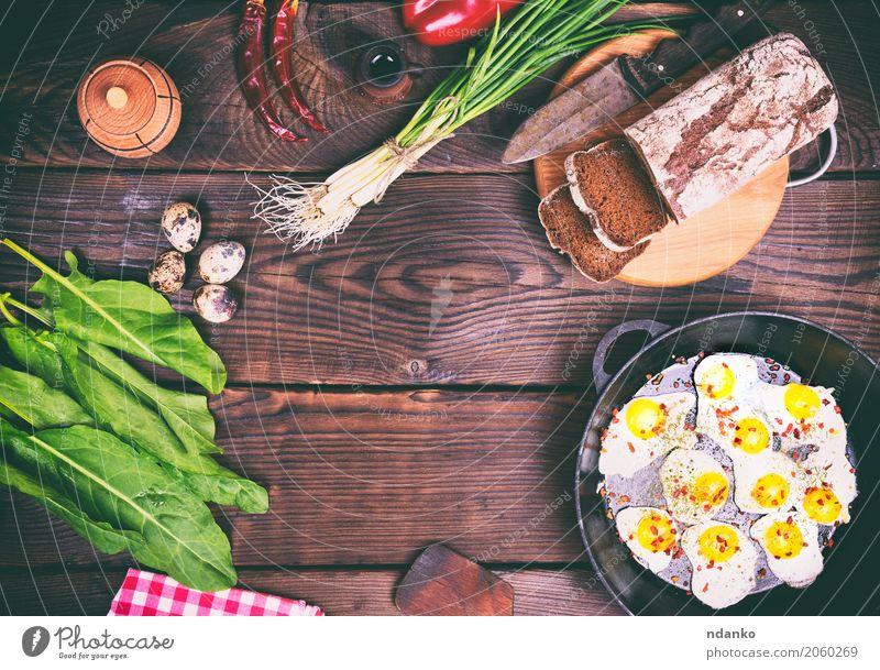 Gebratene Wachteleier Brot Kräuter & Gewürze Frühstück Mittagessen Abendessen Pfanne Messer Küche Restaurant Holz Essen frisch oben braun grün Tradition Zwiebel