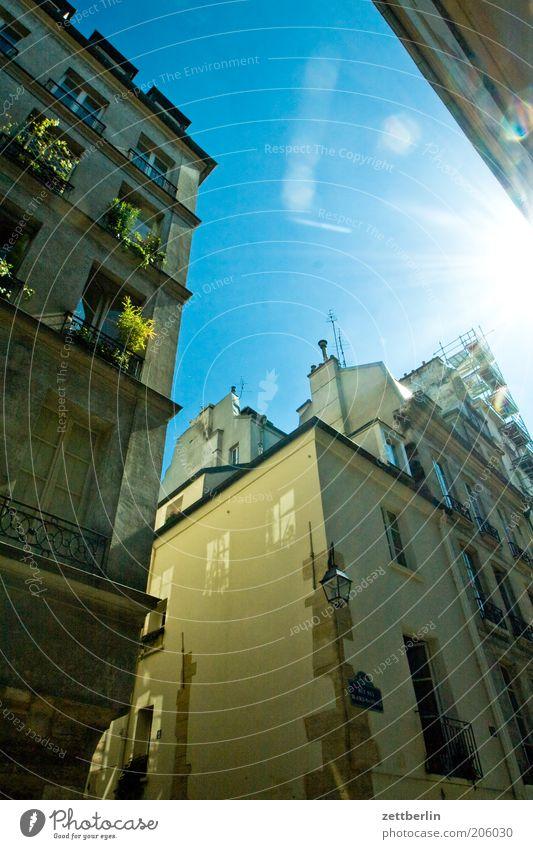 Paris wieder Frankreich marais arrondissement Haus Fassade Dachgiebel Himmel Schönes Wetter Wolkenloser Himmel Sonne Gegenlicht blenden grell Beleuchtung