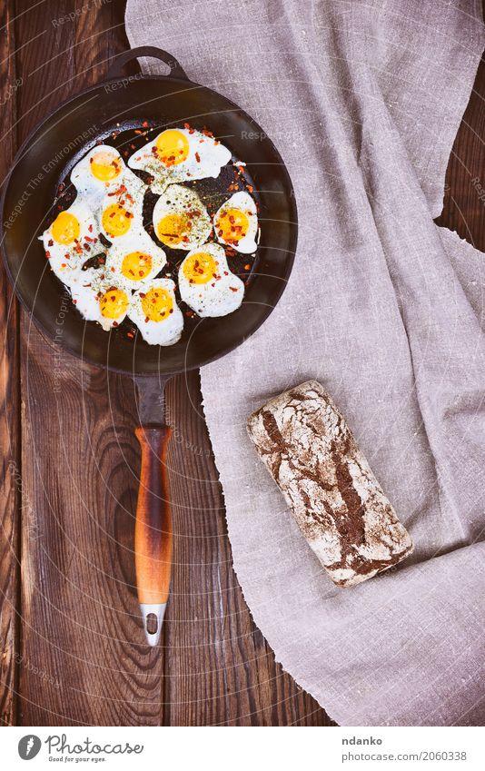 Gebratene Wachteleier in einer Bratpfanne Speise Essen gelb natürlich Lebensmittel braun oben retro Küche Frühstück Brot Mahlzeit Top Futter Roggen Pfanne