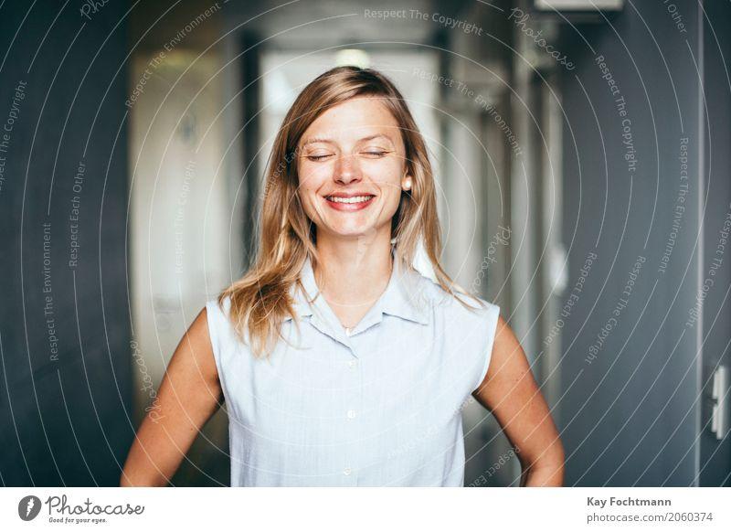Glückliche junge blonde Frau Lifestyle elegant Stil Freude schön Leben Wohlgefühl Zufriedenheit Studium lernen Student Arbeit & Erwerbstätigkeit Business