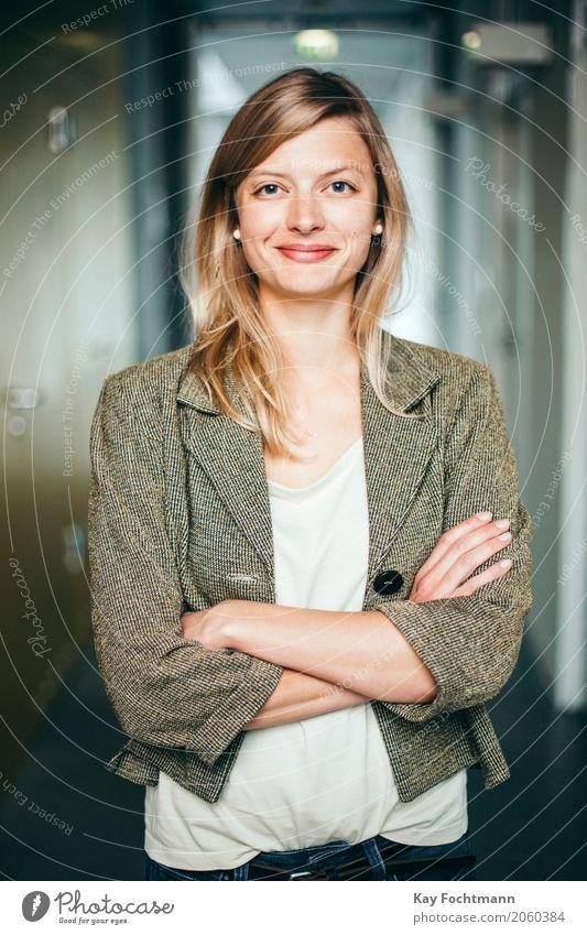 Blonde Studentin mit verschränkten Armen Bildung lernen Arbeit & Erwerbstätigkeit Beruf Arbeitsplatz Büro Business Unternehmen Karriere Erfolg Junge Frau