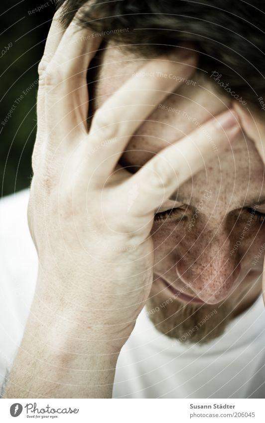 ohne Ausweg maskulin Mann Erwachsene Haut Kopf Haare & Frisuren Gesicht Hand 1 Mensch 18-30 Jahre Jugendliche T-Shirt brünett kurzhaarig Bart berühren Denken