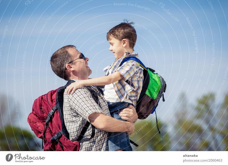 Vater und Sohn, die auf die Straße zur Tageszeit gehen. Mensch Kind Natur Ferien & Urlaub & Reisen Mann Sommer Freude Erwachsene Lifestyle Liebe Sport Junge