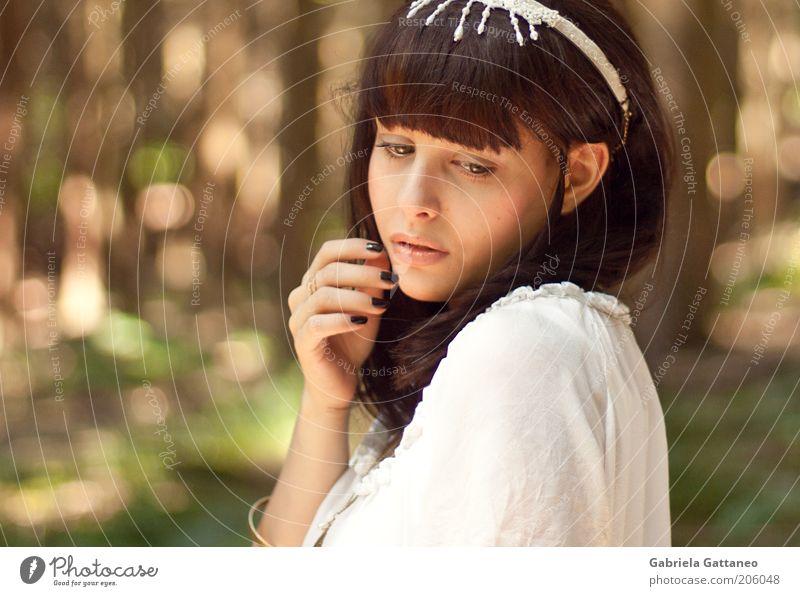 Snow White 2010 feminin Junge Frau Jugendliche Hand Mensch 18-30 Jahre Erwachsene Hemd Schmuck beobachten leuchten träumen schön Verschwiegenheit Märchen