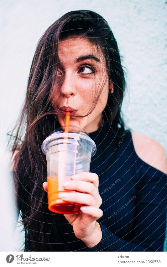 Brunettefrau, die gesunden Saft trinkt Gemüse Frucht Ernährung Getränk trinken Mensch feminin Junge Frau Jugendliche Erwachsene 1 18-30 Jahre frisch saftig