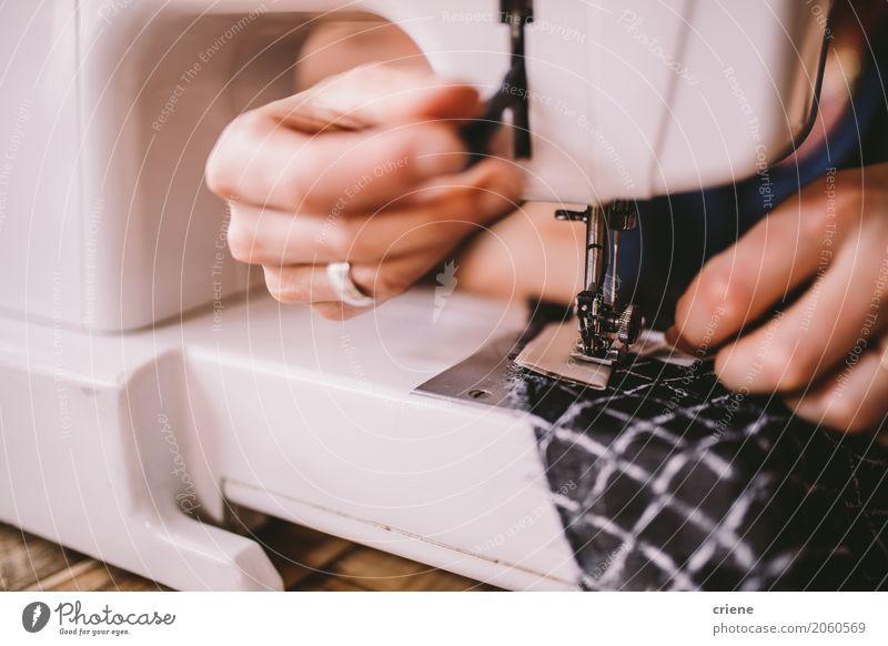 Nahaufnahme der Frau nähend mit Nähmaschine Lifestyle Handarbeit Arbeit & Erwerbstätigkeit Beruf Arbeitsplatz Dienstleistungsgewerbe Business Mittelstand