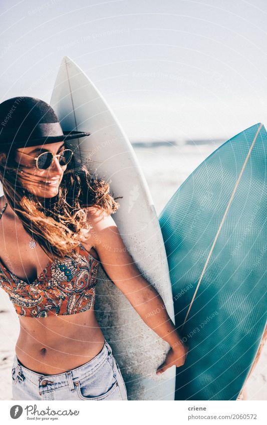 Kaukasisches Mädchen, das Surfbrett auf dem Strand hält Frau Ferien & Urlaub & Reisen Jugendliche Sommer Junge Frau Meer Freude 18-30 Jahre Erwachsene Lifestyle