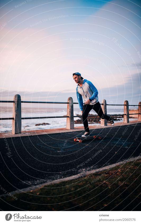 Junger erwachsener Mann longboarding an der Promenade Mensch Jugendliche Meer Freude Strand 18-30 Jahre Erwachsene Lifestyle Sport Freizeit & Hobby maskulin