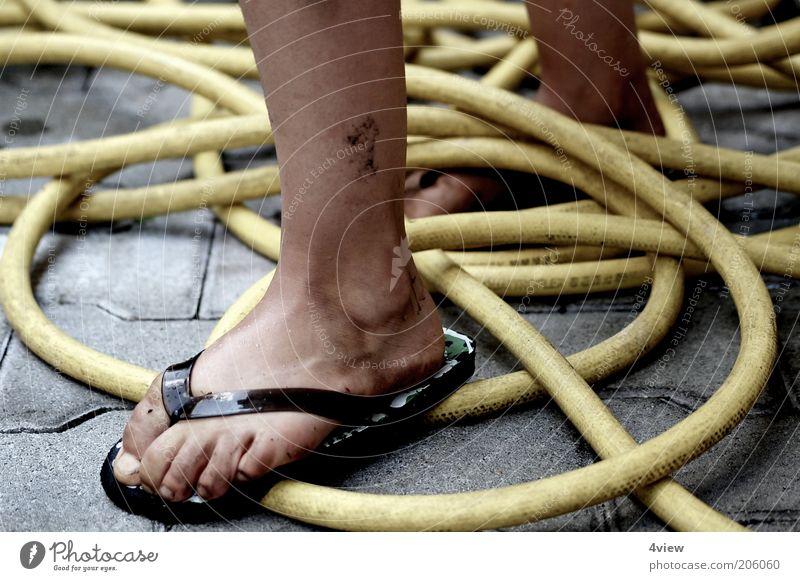 Ich steh aufm Schlauch Mensch Sommer gelb Stein Fuß Beine Zufriedenheit dreckig nass heiß Kindheit durcheinander Schlauch treten Flipflops Gartenschlauch