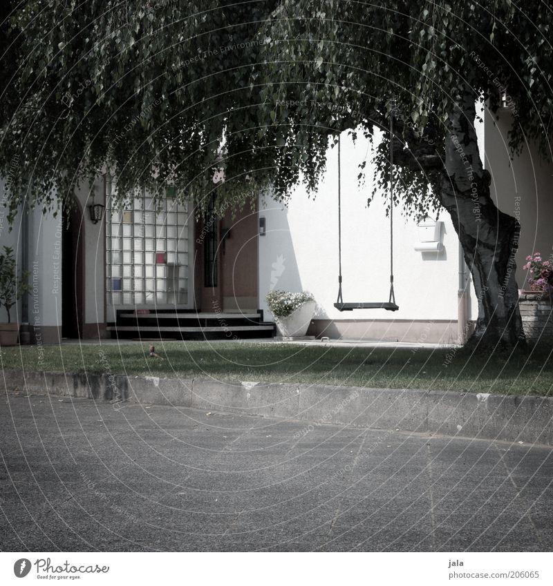 vorgarten Pflanze Baum Wiese Einfamilienhaus Platz Gebäude Fassade Garten Schaukel grau grün weiß Hof Farbfoto Gedeckte Farben Außenaufnahme Menschenleer