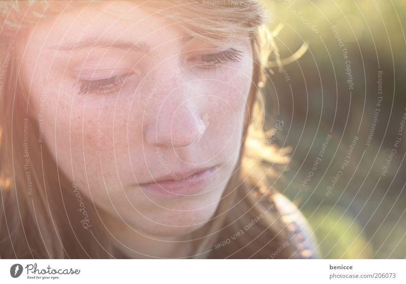 Trauer Frau Mensch Natur Jugendliche schön rot ruhig feminin Gefühle träumen Kopf Traurigkeit Erwachsene Romantik
