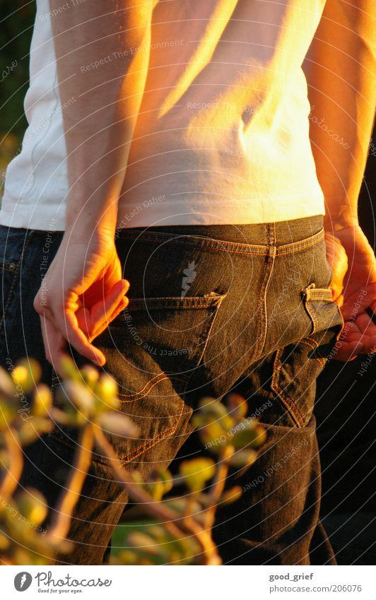summer feeling Jugendliche Erholung Hand 18-30 Jahre Erwachsene Lifestyle Mode maskulin Zufriedenheit stehen Arme Bekleidung T-Shirt Wohlgefühl Hose Jeanshose