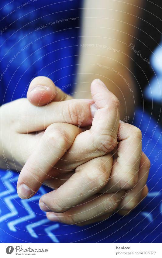 prey Frau Mensch Hand blau warten Finger sitzen Trauer Kleid Wunsch Verzweiflung Gebet Nervosität Frustration Aufregung