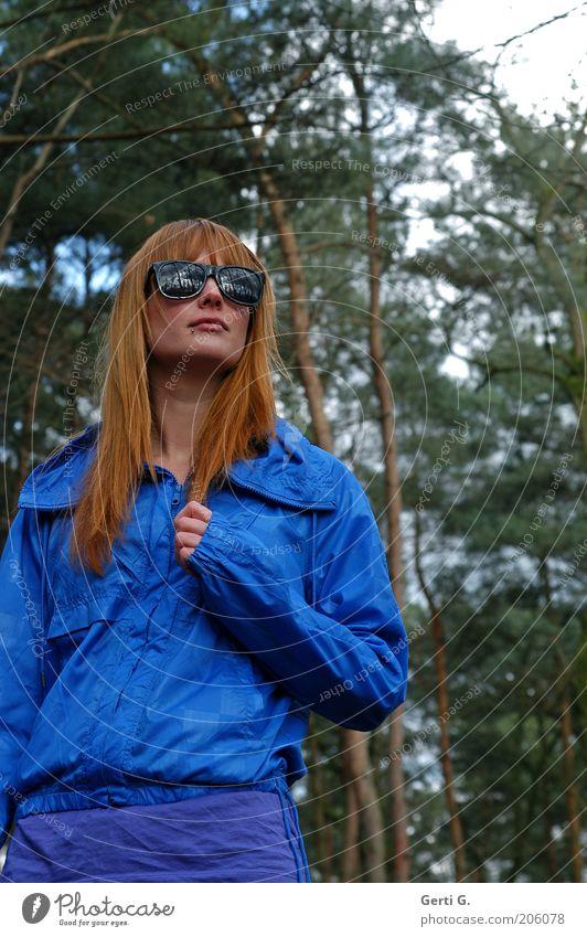 WaldBlick Frau schön langhaarig rothaarig Sonnenbrille verrückt royalblau ungerührt besonnen bedächtig Denken nachdenklich Kontrast grell Baum herbstlich