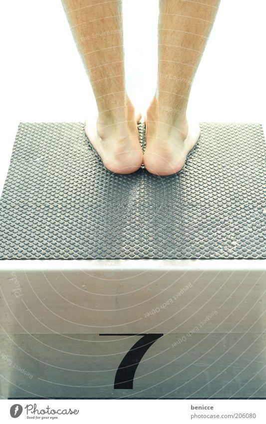 am start Mensch Mann Wasser Sommer Sport springen Fuß Beine maskulin Beginn Schwimmbad stehen Schwimmsport Sport-Training