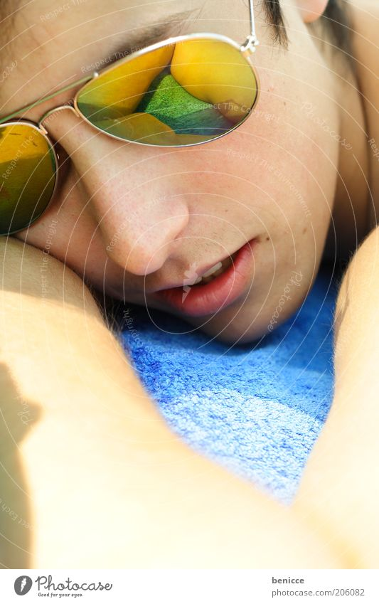 strandpause Mann Jugendliche Sommer liegen Sonnenbrille Brille Sonnenbad Reflexion & Spiegelung Ferien & Urlaub & Reisen Coolness Alkoholisiert schlafen