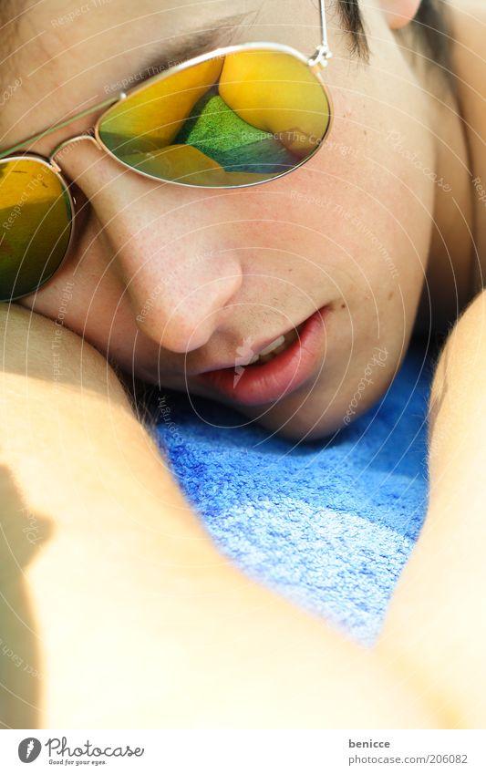 strandpause Mann Jugendliche Sommer Ferien & Urlaub & Reisen Erholung Zufriedenheit schlafen Coolness Pause Brille liegen Student Alkoholisiert Sonnenbad