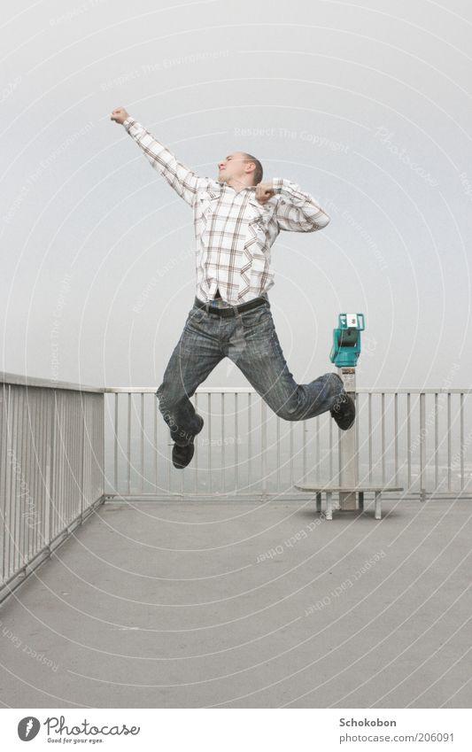 I'm so excited, I just can't hide it... maskulin Junger Mann Jugendliche Körper Luft Himmel Nebel Hemd Jeanshose Fernglas Lächeln Blick springen Tanzen frech