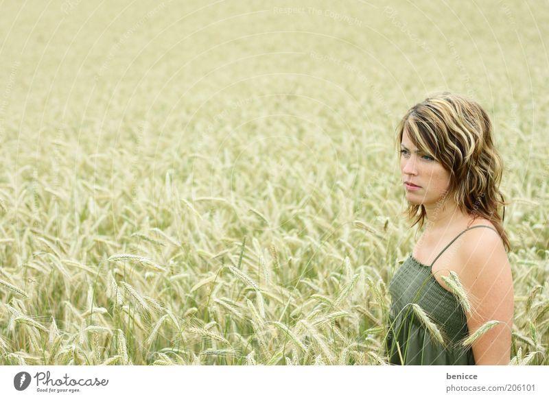 korn Mensch Getreide Korn Kornfeld stehen Blick Einsamkeit Weizen Feld langhaarig Jugendliche verträumt Natur berühren Leben dünn schön Kleid Sommer Junge Frau