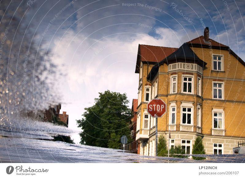 Pfützen-STOP Stadt Haus Straße Umwelt Architektur Gebäude Verkehr bizarr Surrealismus Pfütze Straßenkreuzung Altstadt Spiegelbild Altbau Verkehrsschild Niedersachsen
