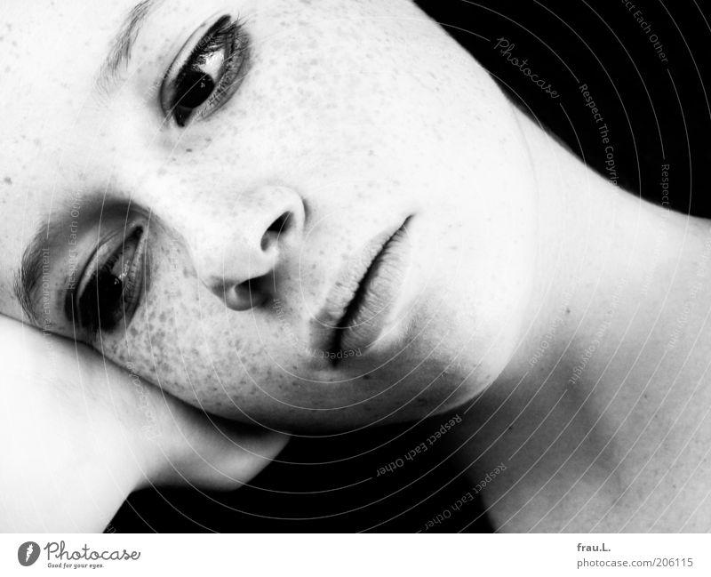 blass Mensch feminin Junge Frau Jugendliche Kopf 1 Denken träumen Traurigkeit schön natürlich weich ruhig Identität Sommersprossen introvertiert Schwarzweißfoto