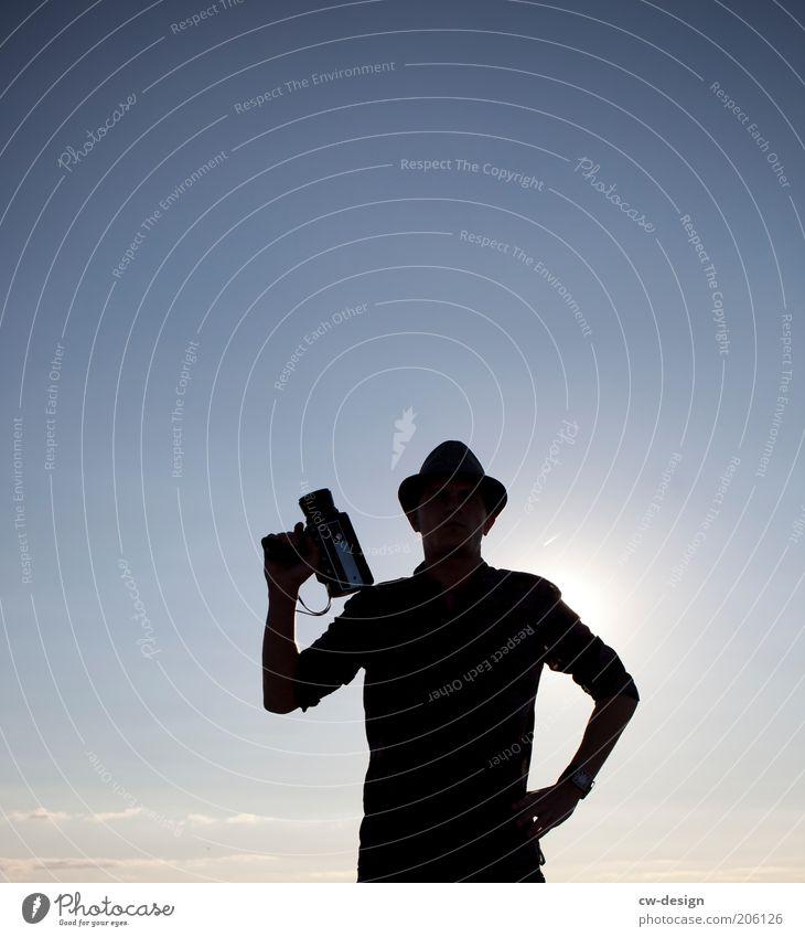 MEINE 8MM UND ICH Mensch Himmel blau schwarz Stil Beleuchtung maskulin Lifestyle stehen stoppen Filmindustrie Beruf Hut Hemd Medien Videokamera