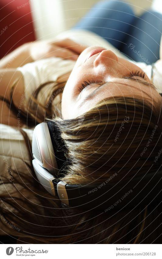 musik in meinen ohren Jugendliche schön weiß Auge Erholung Musik träumen Zufriedenheit hell Wohnung Jeanshose Bett Lippen liegen Freizeit & Hobby