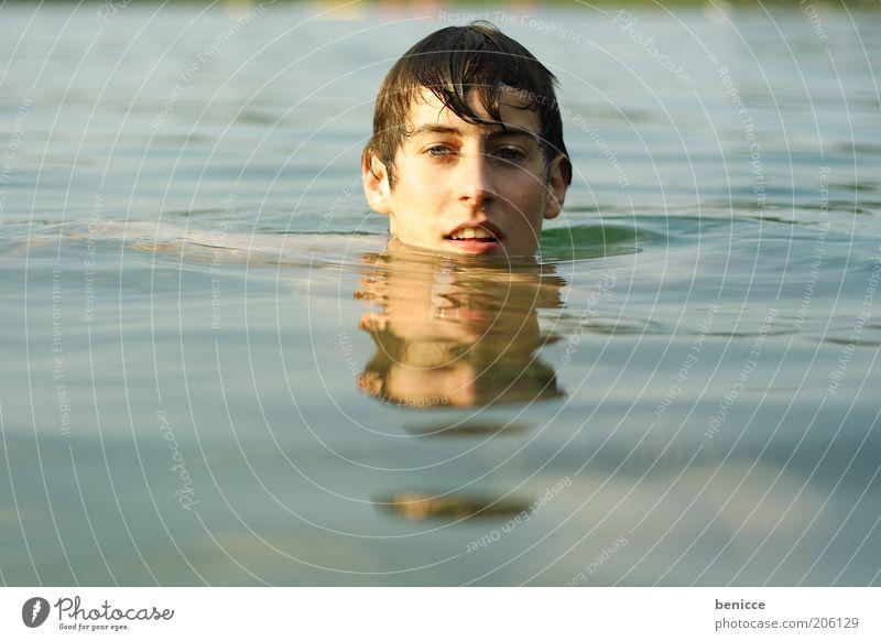 platsch Mensch Jugendliche maskulin Wasser See Meer blau nass Schwimmen & Baden Schwimmsportler Kühlung kühlen Blick in die Kamera Einsamkeit Zufriedenheit