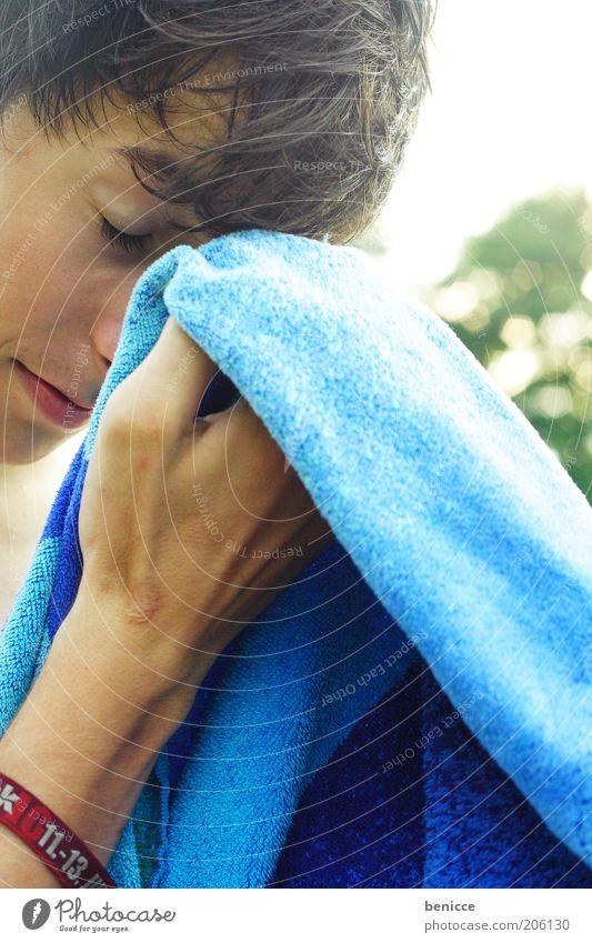 abtrocknen Mensch Hand Jugendliche blau Sommer Gesicht Ferien & Urlaub & Reisen Kopf Arme nass Stoff Schnur brünett Textilien