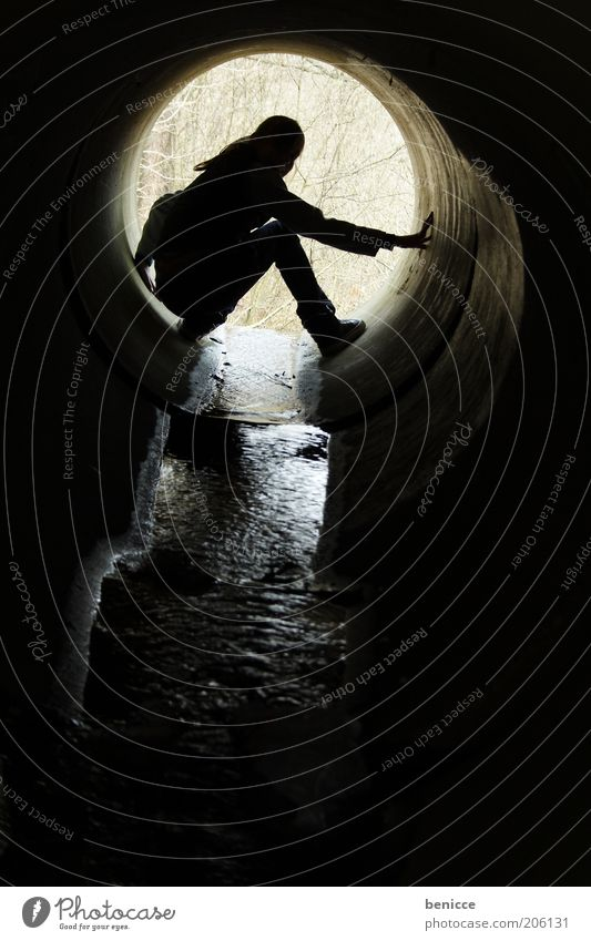 silhouette Frau Mensch Jugendliche Wasser schwarz dunkel Kreis rund Loch Bach fließen Schatten hocken Abwasserkanal Höhle Kanal