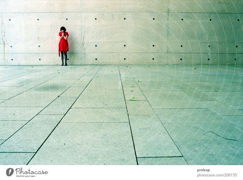 Urbane Eskapaden. Analyse. Lifestyle Mensch Junge Frau Jugendliche Erwachsene Kleid frieren stehen Traurigkeit Sehnsucht Einsamkeit bedrohlich Gefühle