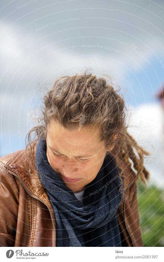 AST 10 l .) feminin Frau Erwachsene Leben Mensch 30-45 Jahre Jacke Schal Rastalocken beobachten entdecken Blick warten Zufriedenheit Optimismus friedlich