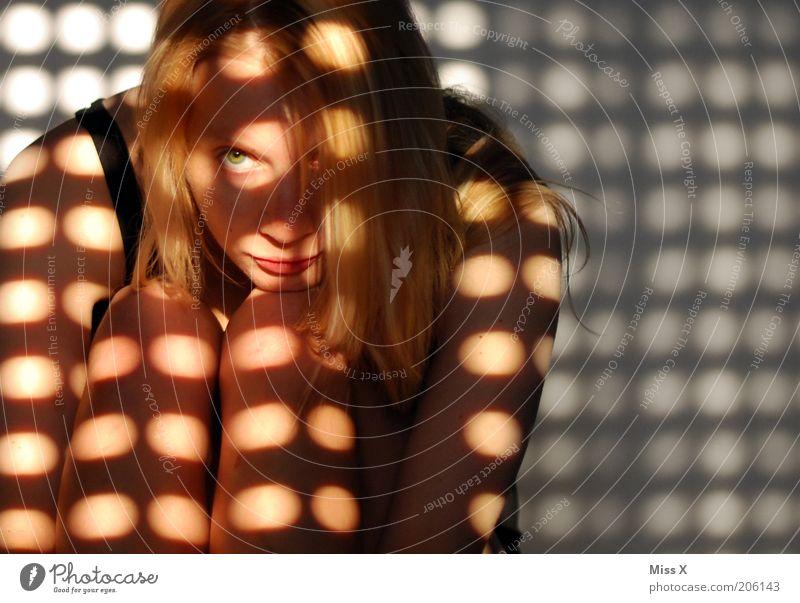 böser Blick Mensch dunkel feminin träumen blond sitzen Punkt nachdenklich Ärger langhaarig Knie Jalousie Muster Morgen Licht