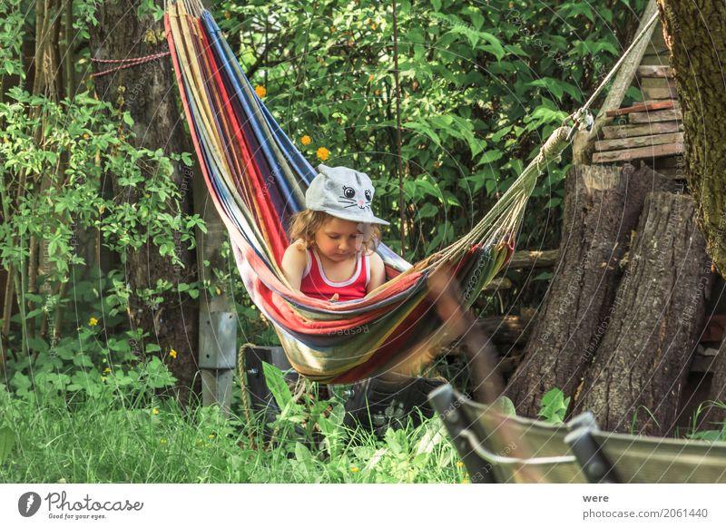 Chillen im Garten Zufriedenheit Erholung ruhig Mensch feminin Kind Mädchen Kindheit 1 1-3 Jahre Kleinkind Umwelt Natur Schönes Wetter lesen schaukeln Farbfoto