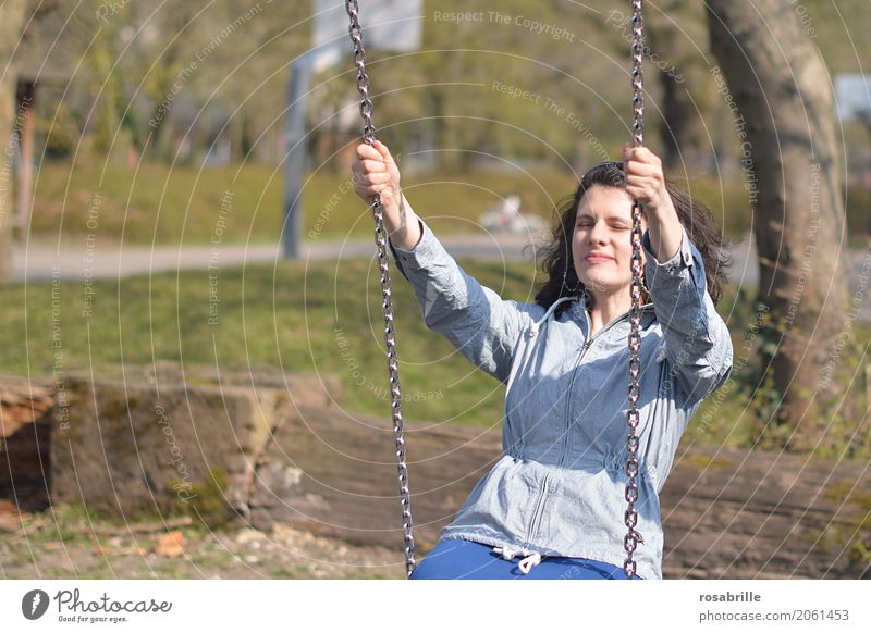 Spass am Leben haben 2 Mensch feminin Junge Frau Jugendliche Erwachsene 1 18-30 Jahre Jacke brünett langhaarig Locken Schaukel Erholung genießen Lächeln