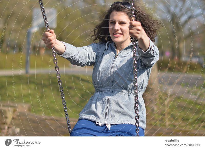 Spass am Leben haben Mensch feminin Junge Frau Jugendliche Erwachsene 1 18-30 Jahre Jacke Sonnenbrille brünett langhaarig Locken Schaukel Erholung Lächeln