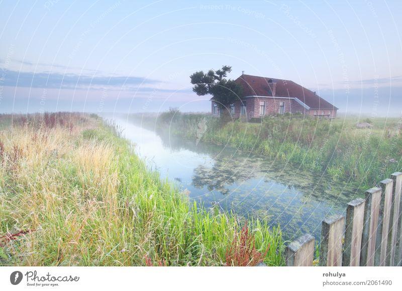 gemütliches und charmantes Bauernhaus am Fluss bei Sonnenaufgang Himmel Natur Sommer Landschaft Einsamkeit Haus Umwelt Wiese Gebäude Feld Nebel Aussicht Zaun