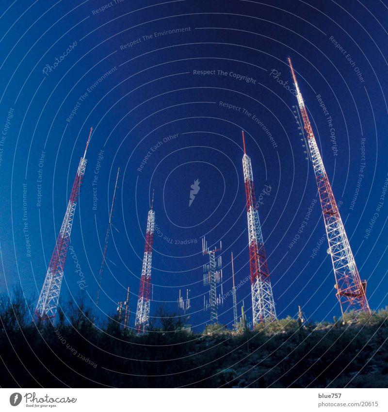 Antennenwald Himmel rot weiß Telekommunikation aerials hoch tall sky Schönes Wetter cloudless blau blue red white