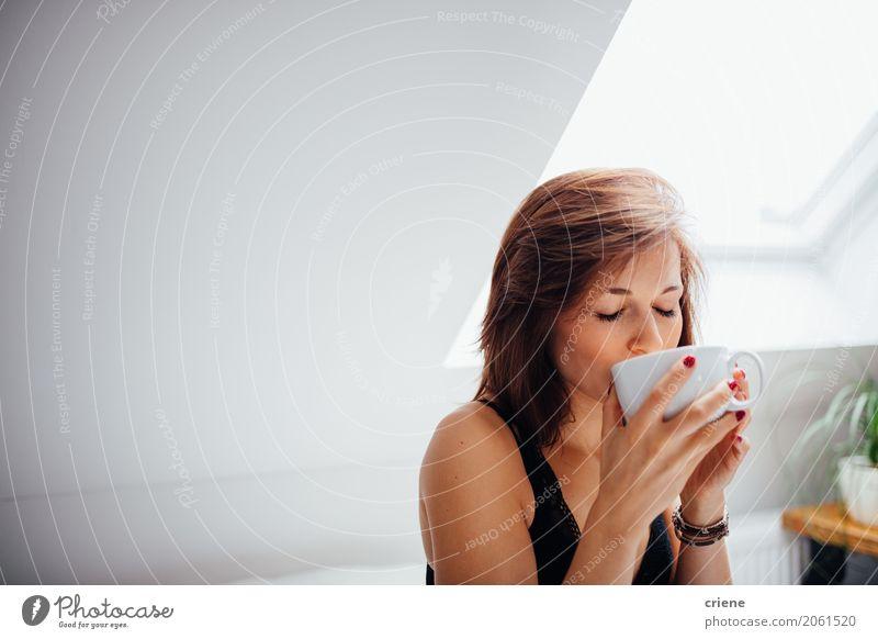 Frau, die morgens Tasse frischen Tee genießt Getränk trinken Heißgetränk Kaffee Becher Lifestyle Freude Wellness Freizeit & Hobby Wohnzimmer Mensch feminin