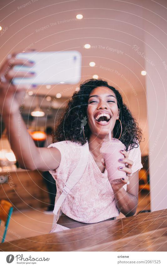 Glückliche Afrikanerin, die selfie nimmt und Smoothie trinkt Getränk trinken Lifestyle Telefon Handy Fotokamera Technik & Technologie Unterhaltungselektronik