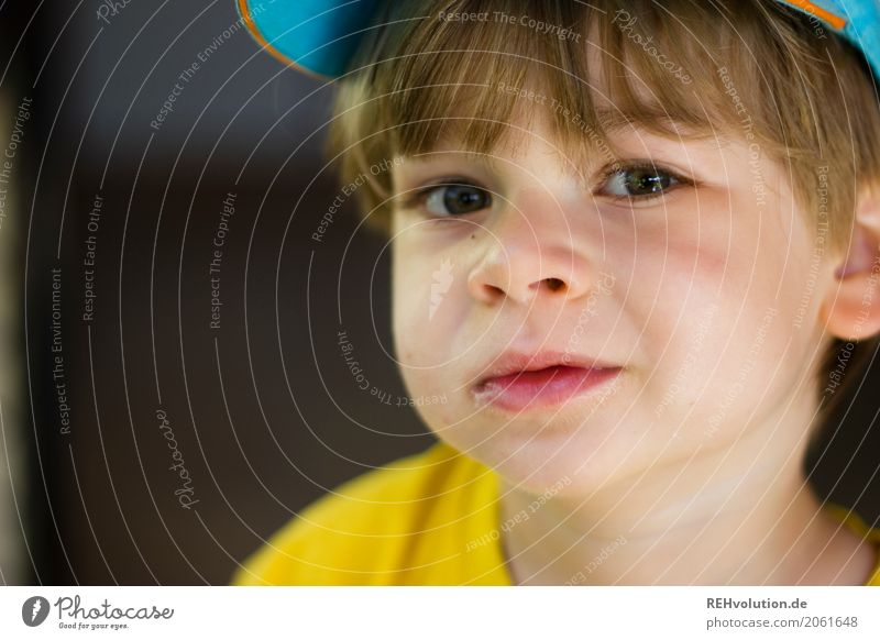 sommer 2017 Mensch maskulin Kind Kleinkind Junge Kindheit Gesicht 1-3 Jahre T-Shirt Mütze klein natürlich niedlich blau gelb Farbfoto Außenaufnahme Nahaufnahme