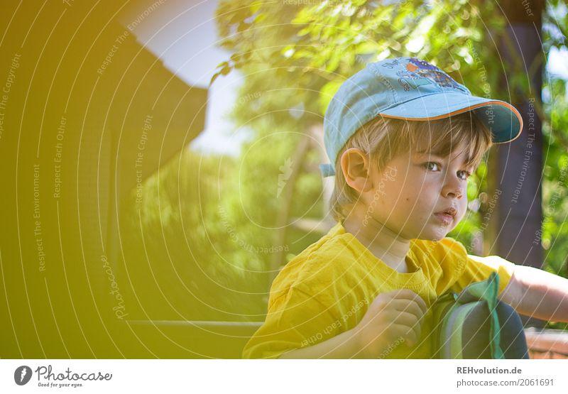 Kind im Garten Mensch Kleinkind Junge Gesicht 1 1-3 Jahre Natur Sommer T-Shirt Mütze beobachten warten authentisch natürlich Neugier gelb Kindheit Farbfoto