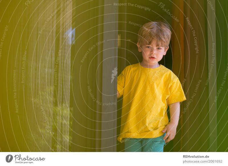 Sommer 2017 Mensch maskulin Kleinkind Junge Kindheit 1-3 Jahre Terrasse T-Shirt stehen warten authentisch klein gelb Farbfoto Textfreiraum links Tag Unschärfe