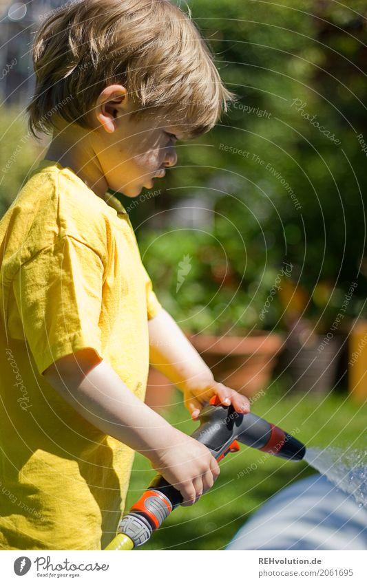 sommer2017 Lifestyle Freude Glück Freizeit & Hobby Garten Mensch maskulin Kind Junge Kindheit 3-8 Jahre Umwelt Natur Wiese T-Shirt Wasser authentisch blond nass